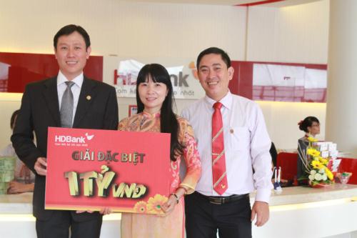 Chị Trịnh Thị Hòa - Khách hàng HDBank Bình Phước đã trúng 01 tỷ đồng trong chương trình Hè tỷ phú - Vui thú châu Âu