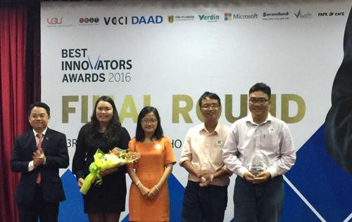 Ông Huỳnh Thiên Phú trao kỷ niệm chương cho đội đạt giải tại cuộc thi.