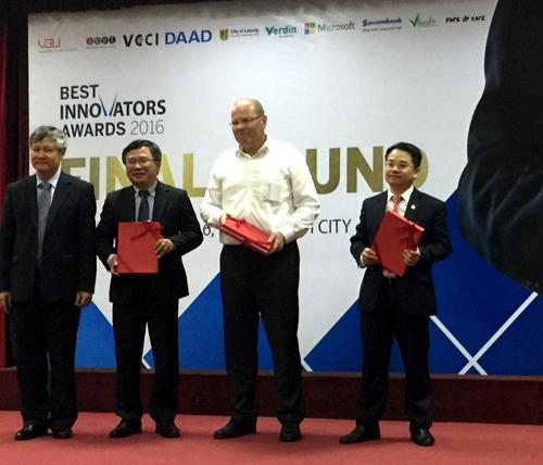 Đại diện Sacombank, ông Huỳnh Thiên Phú  Giám đốc Khách hàng doanh nghiệp Vừa và nhỏ, nhận kỷ niệm chương từ Ban tổ chức.