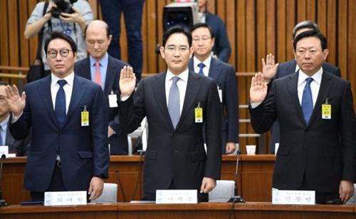 lanh-dao-chaebol-han-quoc-phai-dieu-tran-vi-scandal-cua-tong-thong