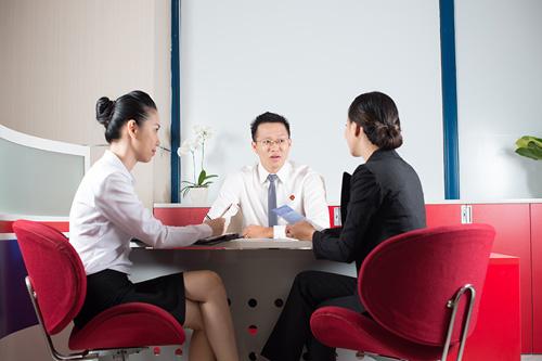 Để biết thông tin chi tiết, khách hàng có thể liên hệ các điểm giao dịch trên toàn quốc; truy cập website www.vietcapitalbank.com.vn hoặc liên hệ Hotline 1800555599