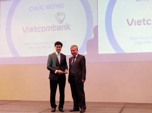 Ông Huỳnh Song Hào Trưởng Văn phòng đại diện phía Nam Vietcombank (bên trái), đại diện cho Vietcombank nhận Giải thưởng Ngân hàng có mạng lưới đơn vị chấp nhận thẻ hiệu quả nhất. Ảnh: Nguyễn Đức Minh