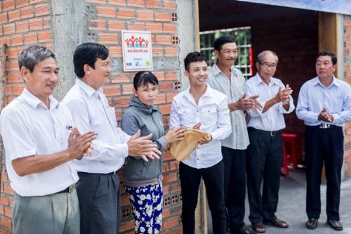 doanh-nhan-minh-nhua-den-long-an-lam-tu-thien-1