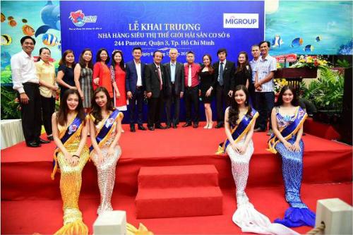 Tới dự lễ khai trương có Hoa hậu biển - Miss World 2014 Nguyễn Thị Loan, giáo sư - tiến sĩ Nguyễn Nhã - nhà ẩm thực học (Chủ tịch Hiệp hội văn hóa ẩm thực Việt), các vị khách quý, anh em, bạn bè gia tộc họ Đinh, cùng sự xuất hiện của những nàng tiên cá xinh đẹp và quyến rũ.