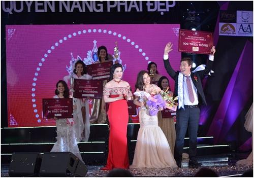 : Giây phút nhận giải thưởng Nữ hoàng Khả Ái nhiều ý nghĩa của ứng viên Trịnh Thúy Hằng bên phu quân và cựu Nữ hoàng Khả Ái 2015 Bà Vũ Kim Anh - Tổng Giám đốc Himalaya Spa  cố vấn thải độc và giảm cân cho các ứng viên trong suốt chương trình.