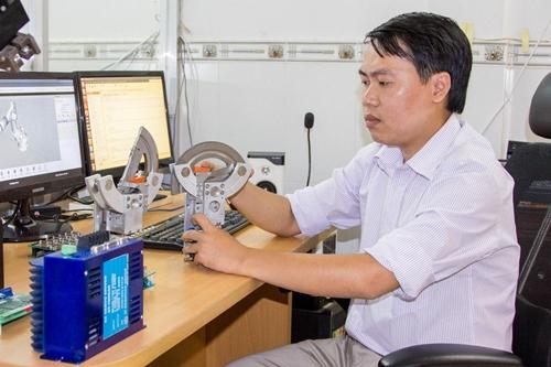Chàng trai sinh năm 1985 làm việc trong phòng nghiên cứu robot.