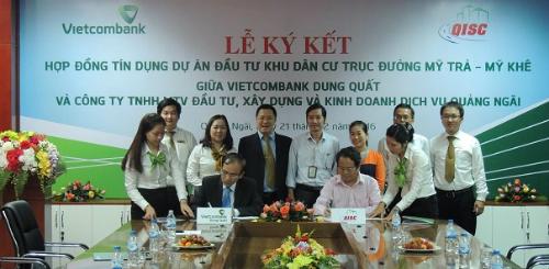 Ông Nguyễn Thích  Giám đốc Vietcombank Dung Quất (bên trái) và  ông Nguyễn Trung Quân  Chủ tịch HĐTV kiêm Giám đốc QISC ký kết Hợp đồng tín dụng