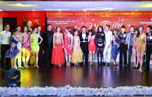 11 cặp nhảy tham gia Cuộc thi Vũ điệu Giáng sinh.
