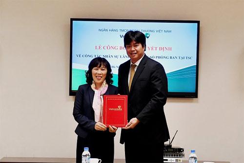 Bà Lê Thị Hoa - Ủy viên HĐQT (bên trái)  trao quyết định cho ông Lê Việt Cường - tân Phó Trưởng phòng Kiểm toán nội bộ Trụ sở chính Vietcombank