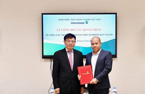 Ông Đào Minh Tuấn  Phó Tổng giám đốc (bên trái) trao quyết định cho ông Nguyễn Việt Phương - tân Phó Giám đốc Trung tâm Công nghệ thông tin Vietcombank