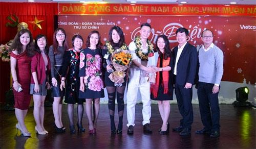 Bà Nguyễn Thị Kim Oanh  Phó Tổng giám đốc Vietcombank (thứ 5 từ trái sang) cùng các đại biểu chúc mừng cặp thí sinh giành giải Nhất