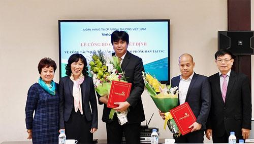 Đại diện Ban lãnh đạo Vietcombank chụp hình lưu niệm với các cán bộ được tuyển dụng, điều động và bổ nhiệm