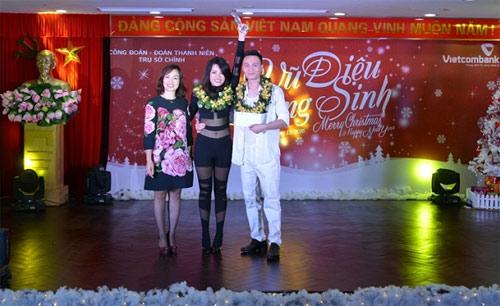 Bà Nguyễn Thị Kim Oanh  Phó Tổng giám đốc Vietcombank (ngoài cùng bên trái) trao giải Nhất cho cặp thí sinh Phạm Thanh Thủy  Nguyễn Đăng Tiến