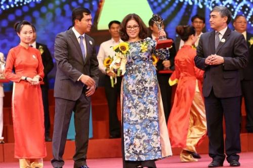 Dung vinh dự nhận giải thưởng Chất lượng Quốc gia và giải thưởng chất lượng Châu Á  Thái Bình Dương cho Công ty Cổ phần Euroha vào ngày 8/5/2016