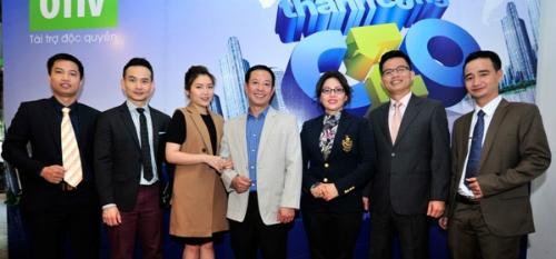 Dung chụp hình lưu niệm cùng với các Chuyên gia và Doanh nhân trong chương trình CEO  Chìa khóa thành công của VTV1