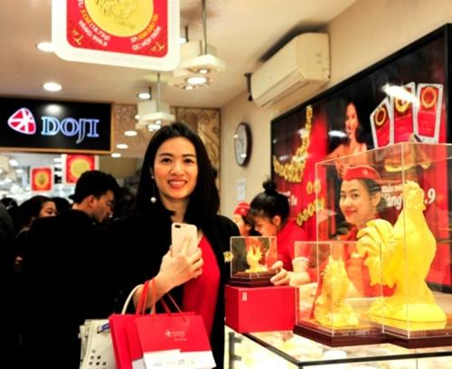 Khách hàng tỏ ra thích thú khi tận mắt ngắm và sở hữu gà vàng mỹ nghệ đúc rỗng của DOJI là một trong những sản phẩm bán chạy trong ngày Thần Tài nhờ mẫu mã đẹp mắt, chế tác tinh xảo