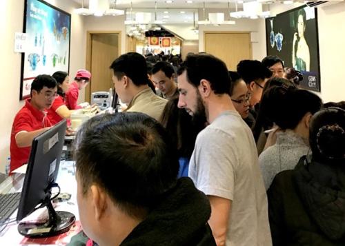 Nhiều khách nước ngoài cũng mong muốn khi được sở hữu một sản phẩm Kim Dậu để lấy may trong dịp này