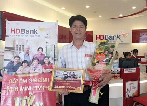 Khách hàng trúng giải nhì - ông Trần Hữu Phương - HDBank Tam Hiệp (Đồng Nai).