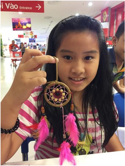 Nhiều khách hàng thích thú với dreamcatcher tự tay mình làm ra tại LOTTE Mart Bình Dương