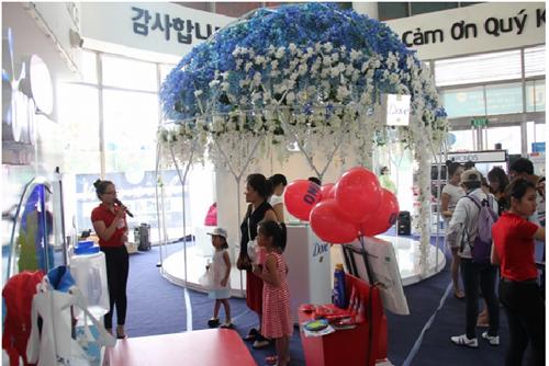 Bên cạnh khu trải nghiệm làm đẹp, trong chuỗi khuyến mãi Chuẩn đẹp Lotte Mart còn tổ chức rất nhiều chương trình, hoạt động vui chơi giải trí với những giải thưởng và phần quà hấp dẫn khác dành cho tất cả khách hàng đến với siêu thị thời gian này.