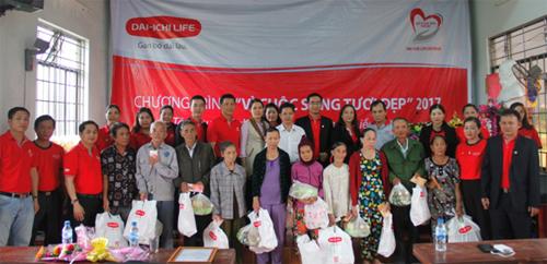 Quỹ Vì cuộc sống tươi đẹp của Dai-ichi Life Việt Nam trao quà Tết cho các gia đình khó khăn tại tỉnh Bình Định vào ngày 21/1/2017