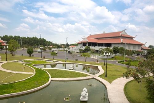 Khuôn viên xanh tại Công viên hỏa táng tháp Long Thọ.