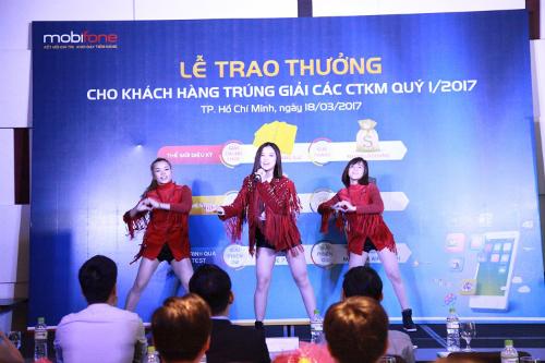 mobifone-trao-thuong-cho-khach-hang-trung-giai-1