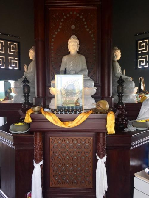 Bàn thờ Tam Thế Phật trong tháp Long Thọ