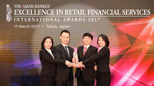 Đại diện lãnh đạo BIDV nhận giải thưởng Ngân hàng bán lẻ tốt nhất Việt Nam 2017 tại Tokyo, Nhật Bản)