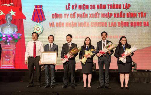 Ông Nguyễn Xuân Dũng và các lãnh đạo công ty tại lễ nhận Huân chương lao động hạng Ba và Cờ thi đua của Chính phủ.