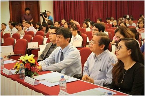 Ông Myke Brown (bìa trái), Phó giám đốc công ty Truyền Thông TTN - Kênh truyền hình HTV và bà Sử Kim Ngân, Trưởng đại diện LEGO Education.