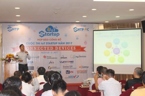 Ông Phan Minh Hiếu, Giám đốc Công ty Cổ phần Công nghệ S3, người giành giải nhất cuộc thi năm ngoái giới thiệu về dự án đèn đường thông minh S3 và chia sẻ kinh nghiệm cùng người tham dự.