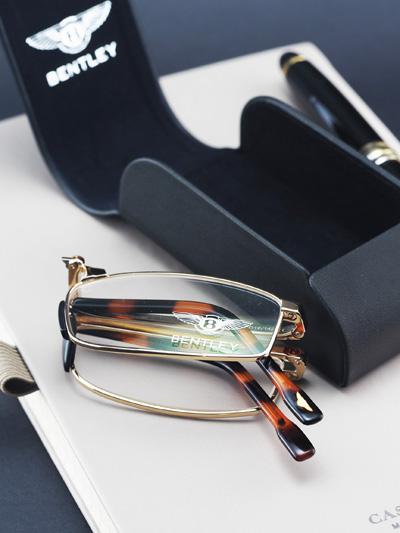 Hãng sản xuất xe siêu sang Bentley đã thổi vào tất cả sản phẩm mang logo chữ B thứ tinh thần elite - cao cấp đặc trưng Anh quốc. Trong đó, không thể không nhắc đến mẫu kính đọc sách kinh điển mang thương hiệu Bentley Eyewear.