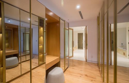 Phòng ngủ, phòng thay đồ và phòng tắm liên thông cũng cho phép ánh sáng tràn ngập không gian sống.