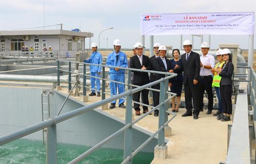 Đại diện của Thanh Bình Phú Mỹ, KCN Chuyên sâu Phú Mỹ 3 và Kobelco Eco - Solutions Việt Nam tại buổi lễ bàn giao nhà máy xử lý nước thải.Ảnh: Minh Quân