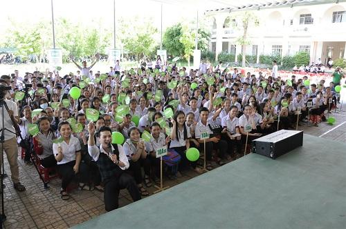 Học sinh trường THPT Trần Đại Nghĩa và Nguyễn Việt Hồng (Cần Thơ) tham gia giao lưu.