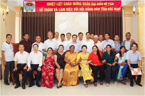 : Bà Mai (mặc áo dài vàng) tiếp đoàn đại biểu Nê Pan về tỉnh Bắc Ninh