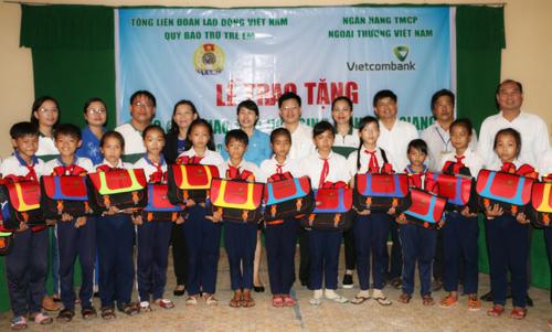 Đại diện Nhà tài trợ - Vietcombank, Quỹ bảo trợ trẻ em Việt Nam và Lãnh đạo địa phương trao quà tại Trường tiểu học Mỹ Thạnh Bắc 1, huyện Cai Lậy, tỉnh Tiền Giang