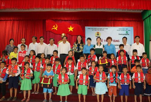 Đại diện Nhà tài trợ - Vietcombank, Quỹ bảo trợ trẻ em Việt Nam và Lãnh đạo địa phương trao quà cho trẻ em có hoàn cảnh khó khăn trên địa bàn Thành phố Cần Thơ