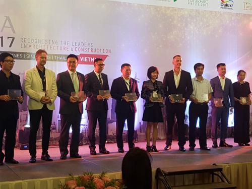 Đại diện GK Archi nhận giải thưởng Top 10 BCI Asia.