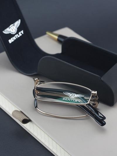 B-8070, mẫu kính đọc sách chuyên dụng của Bentley có thiết kế cổ điển, mang đậm bản sắc của hãng, sau khi gập lại, kích cỡ chỉ vỏn vẹn trong lòng bàn tay. Kính titanium phủ vàng trắng giá 25,5 triệu đồng.