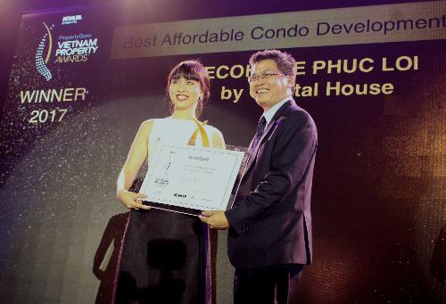 Bà Đỗ Thùy Chi (trái) đại diện chủ đầu tư Capital House nhận giải thưởng ở hạng mục Căn hộ chung cư giá tốt nhất tại Hà Nội cho dự án EcoHome Phúc Lợi
