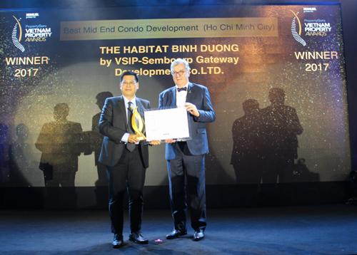 Đại diện The Habitat (trái) nhận giải thưởng từ ban tổ chức VPA 2017.