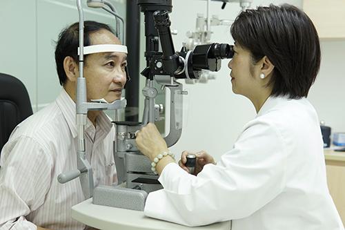 Bác sĩ Nam Trân thực hiện thăm khám mắt cho bệnh nhân.
