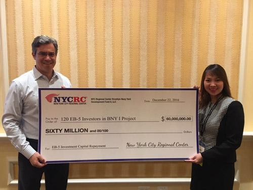 Ông Paul Levinsohn (Chủ tịch NYCRC) trao tấm check tượng trưng cho việc hoàn trả 60 triệu USD khoản vay EB-5 cho 120 nhà đầu tư trong dự án Brooklyn Navy Yard (Giai đoạn 1)