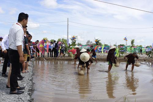 Trò chơi bắt cá tại An Nhiêns Family Day cũng được mọi người hưởng ứng nhiệt tình