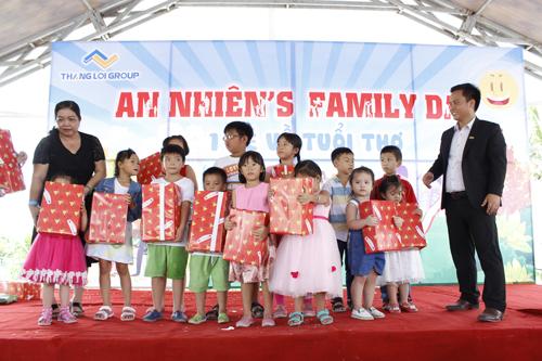 Ông Nguyễn Thanh Quyền  Phó Chủ tịch HĐQT Thắng Lợi Group tặng quà khuyến khích học tập cho con em CBNV và khách hàng