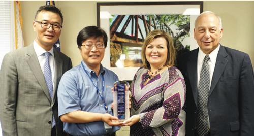 từ trái sang) Ông Moses Choi - Giám đốc SRC , Ông Jae Ik Jang - Giám đốc tài chính AJIN USA, bà Valerie Gray - Giám đốc Cơ quan phát triển kinh tế bang Alabama, và ông Morrie Berez - Cựu thẩm phán USCIS