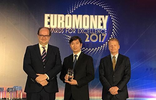 Đại diện Vietcombank nhận giải thưởng Ngân hàng tốt nhất Việt Nam năm 2016 do Tạp chí Euromoney trao tặng