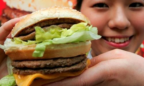tien-dong-bi-dinh-gia-yeu-vi-mot-chiec-hamburger